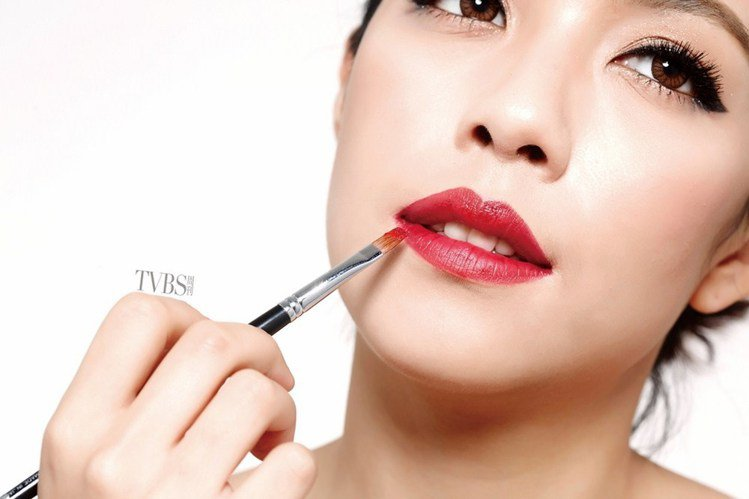 step 7 塗滿紅唇。圖/TVBS周刊