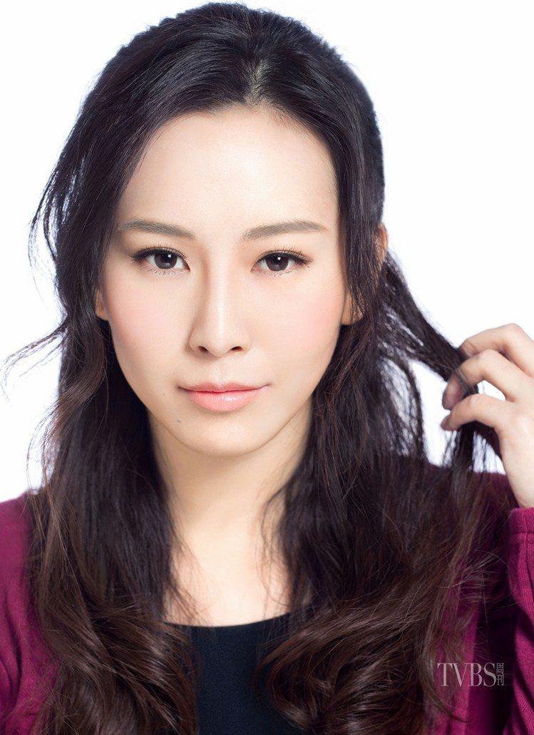 金喜善「微彎平眉」展現古典美。圖/TVBS周刊