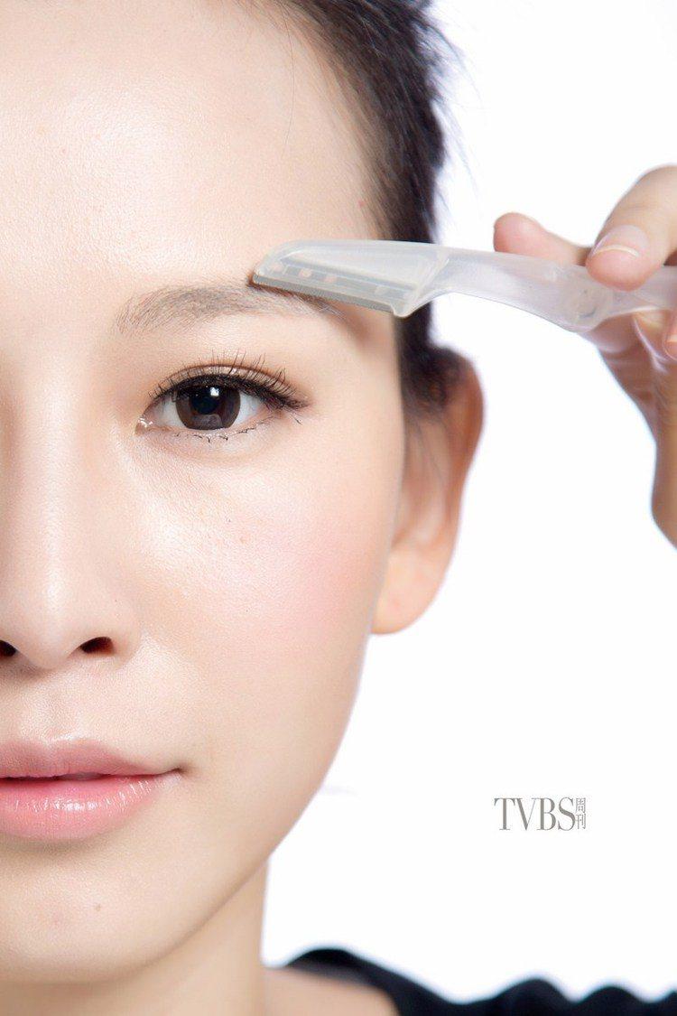 STEP1 修掉眉峰,用修眉刀將眉峰修掉,只要修兩三根眉毛就好,主要是不要有太明...