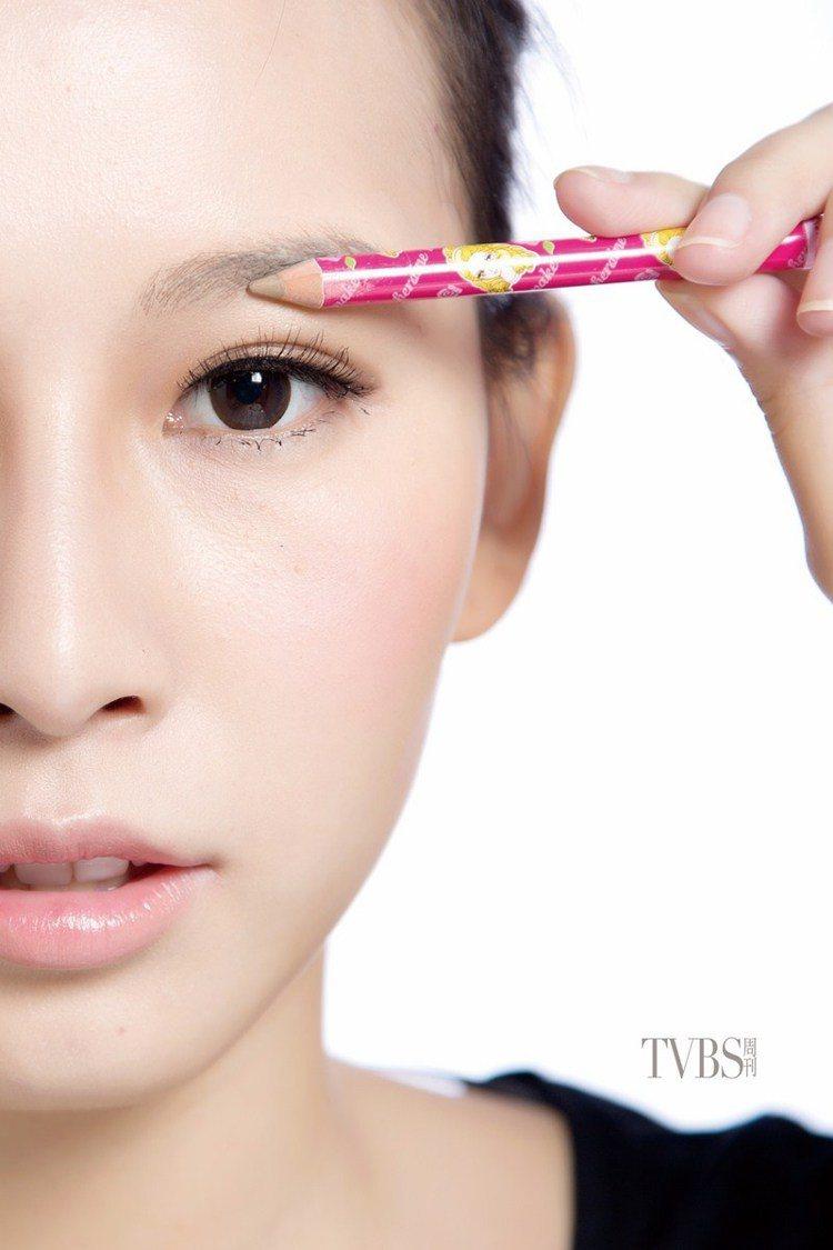 STEP2 水平描繪,以眉筆描繪上眉毛的線條,從眉頭描繪到照片中瞳孔外側即可,要...