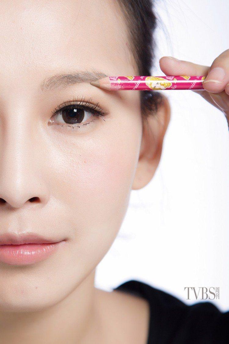 STEP3 自然畫直線,眉毛下緣線條,從眉毛中間至眉尾也以直線方式描繪,不要畫太...