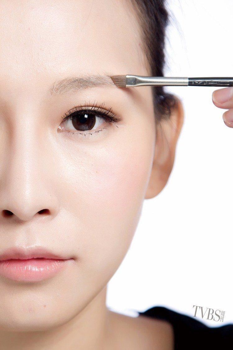 STEP4 眉粉填空,再以眉刷沾取淺色眉粉填滿眉毛的間隙。圖/TVBS周刊