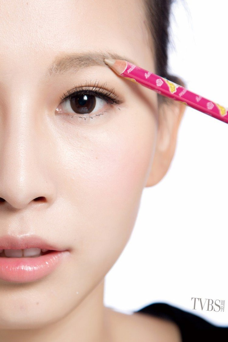 STEP5 眉筆修補,若補完眉粉仍有明顯空隙,可再用淺色眉筆補一下。圖/TVBS...