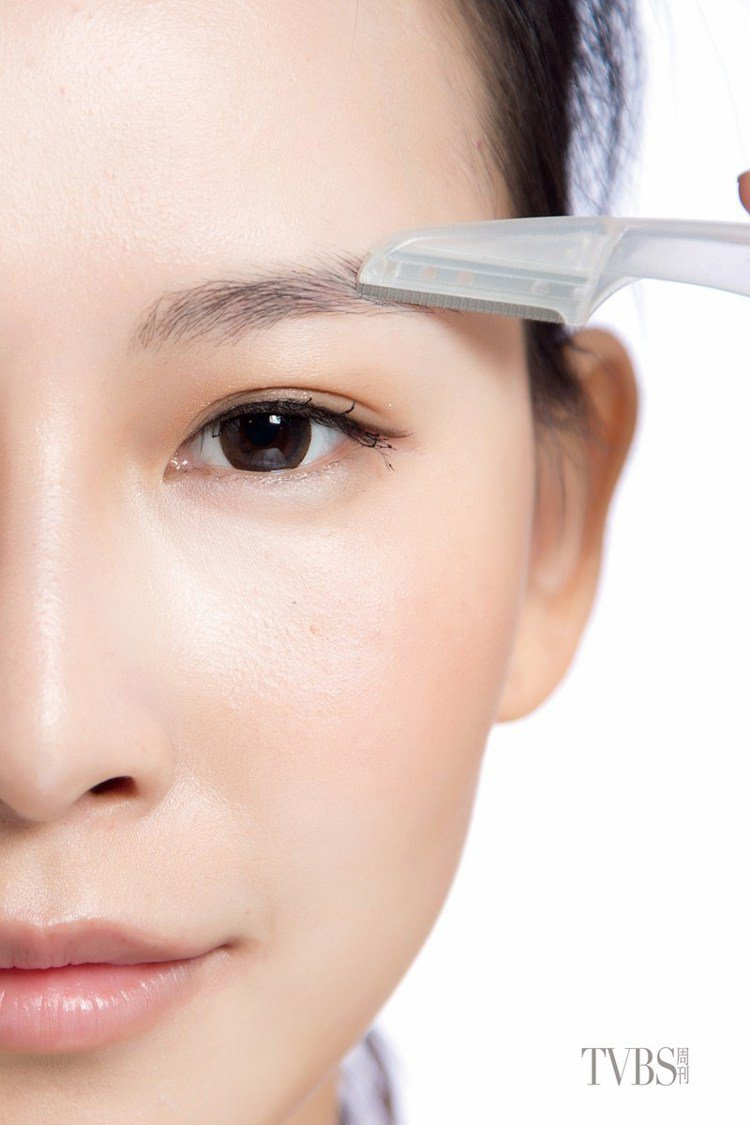 step2 剔除雜毛,眼皮上下超出眉型輪廓線的雜毛,用修眉刀順著毛流方向剔除乾淨...