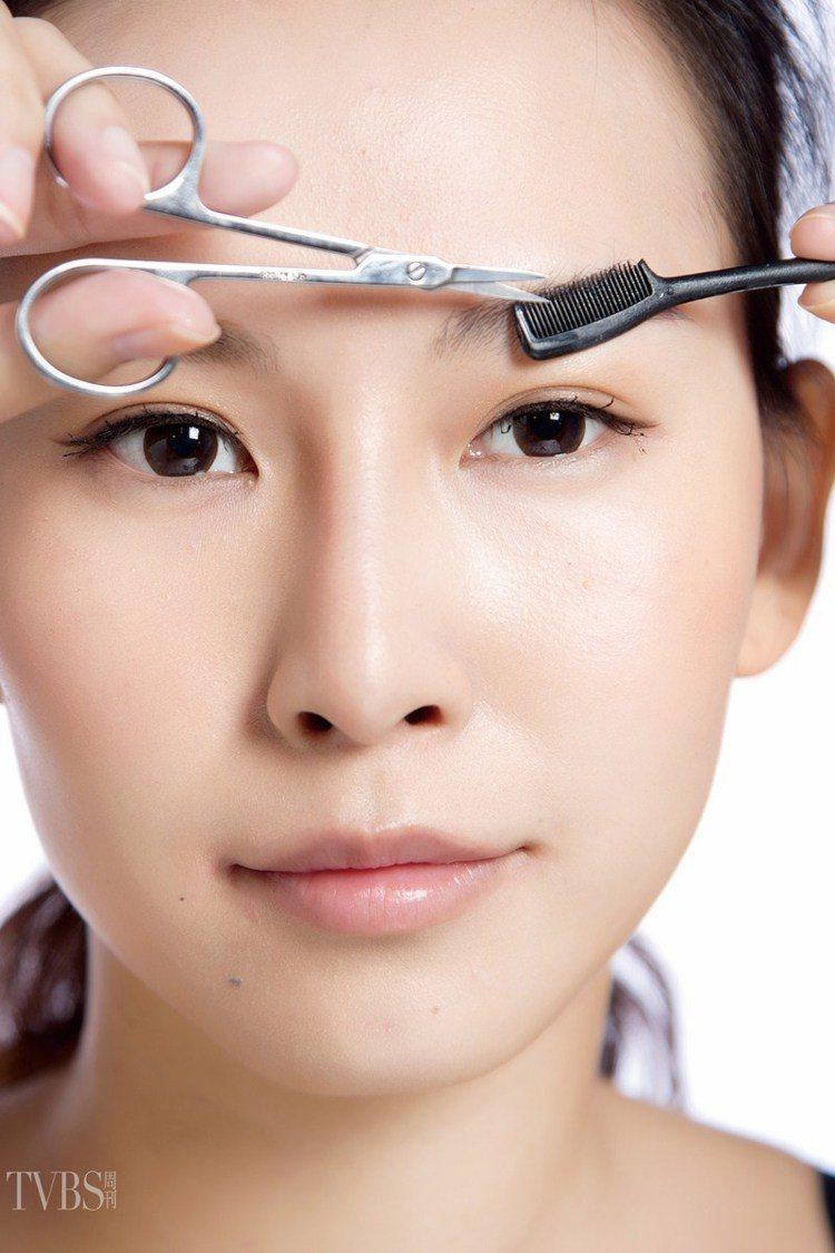 step3 修剪輪廓,利用小剪刀,將眉毛上超過眉型輪廓線過長的眉毛剪齊。圖/TV...