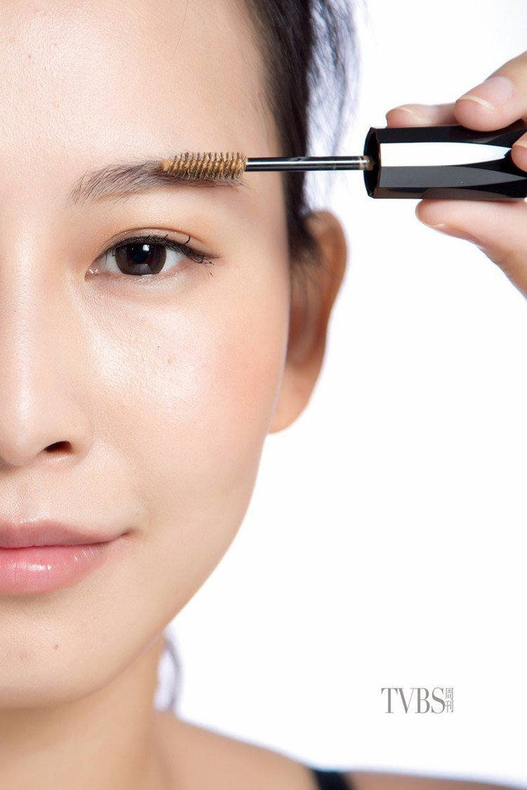 step6 染眉膏上色,使用染眉膏將眉色統一,先逆著毛流將染眉膏由根部刷至尾端,...