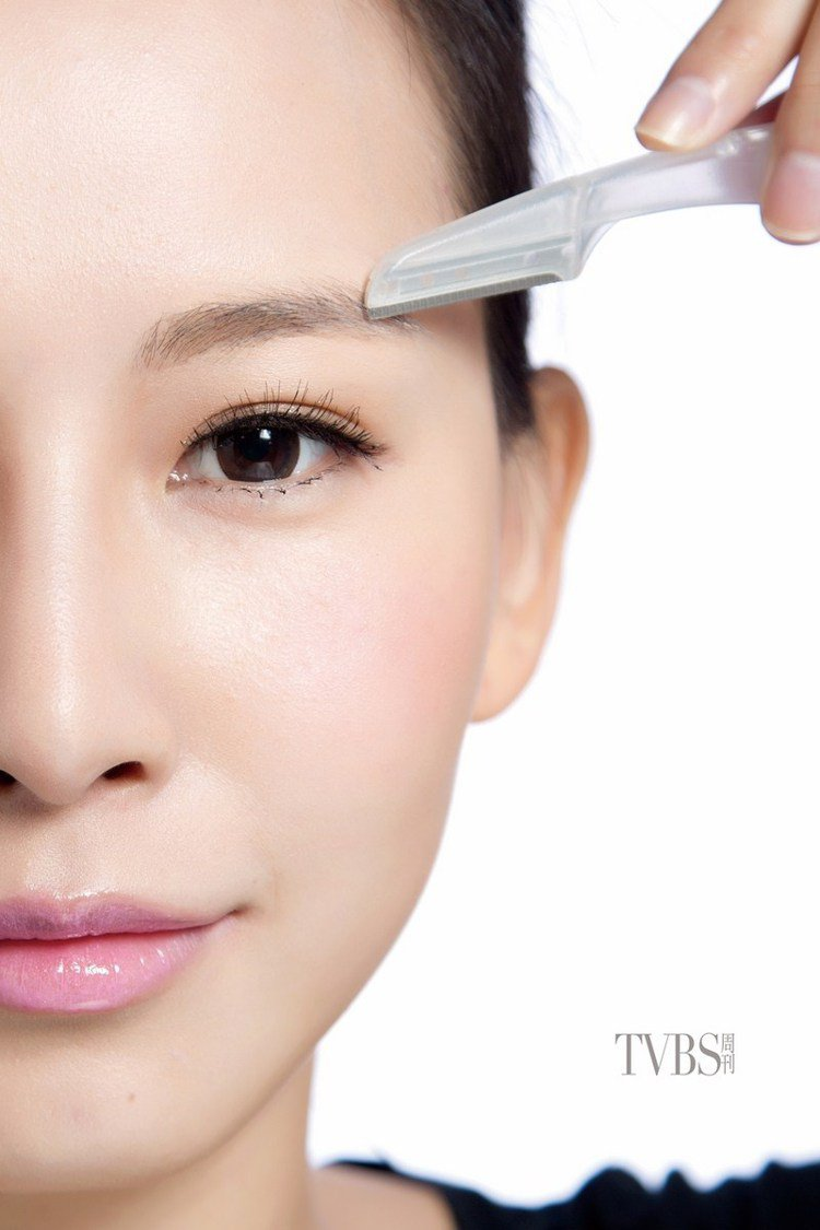 step1 修除雜毛,先利用修眉刀,把眉毛周圍的雜毛修乾淨。圖/TVBS周刊