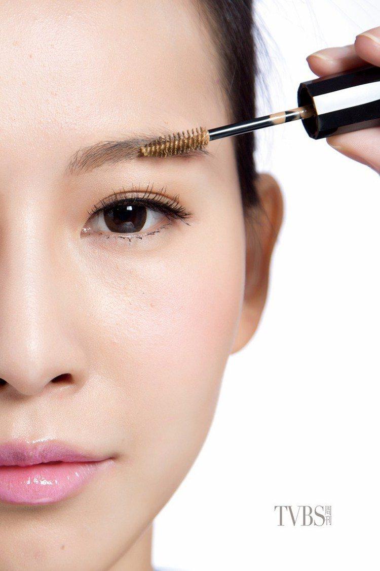 step6 染眉膏上色,最後利用淡色的染眉膏將眉色刷出均勻的顏色。圖/TVBS周...