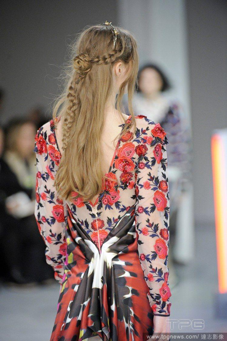 公主頭結合編髮,是 Rodarte 秋冬秀上髮型重點。每個模特兒一轉身就能清楚看...