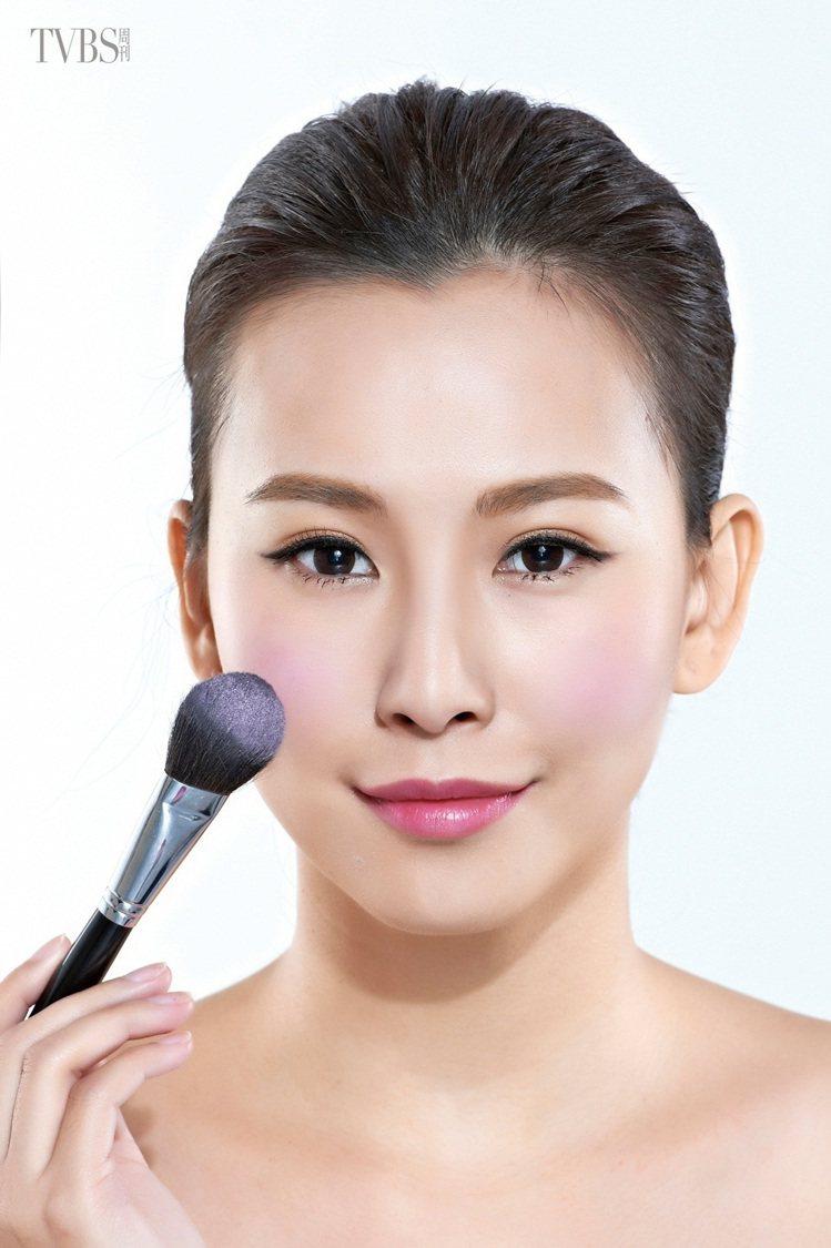 STEP 1:利用腮紅刷沾取少量的紫色腮紅,從平視前方時眼球正下方的笑肌位置開始...