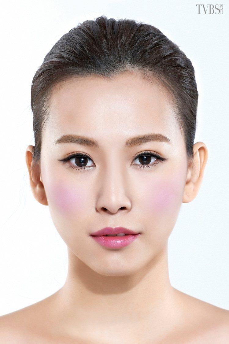 紫色腮紅能夠修飾泛紅的膚色,藉由藍色調的顆粒能平衡紅色調的原理,讓泛紅肌恢復一般...