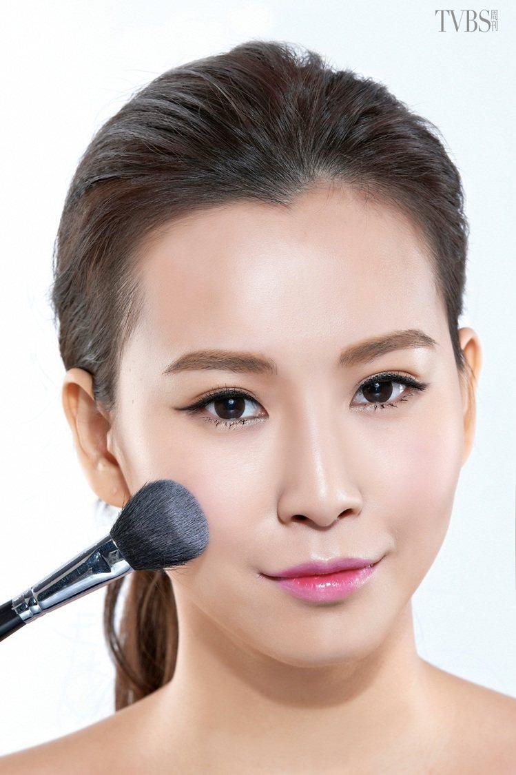STEP 1:以腮紅刷沾取少量的粉紅色腮紅,臉頰略為微笑,以凸起的笑肌為中心點,...