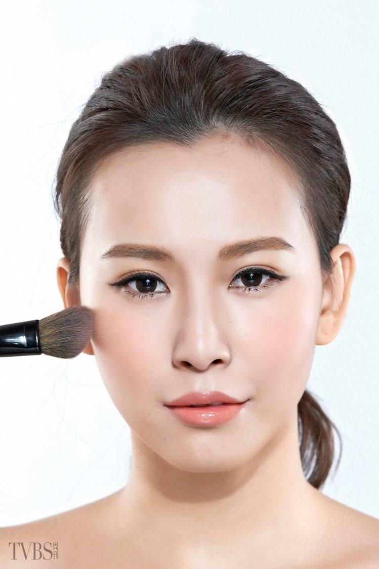 STEP 1:利用腮紅刷沾取少量的桃色系腮紅,以眉尾下側的臉頰位置開始,由外往臉...