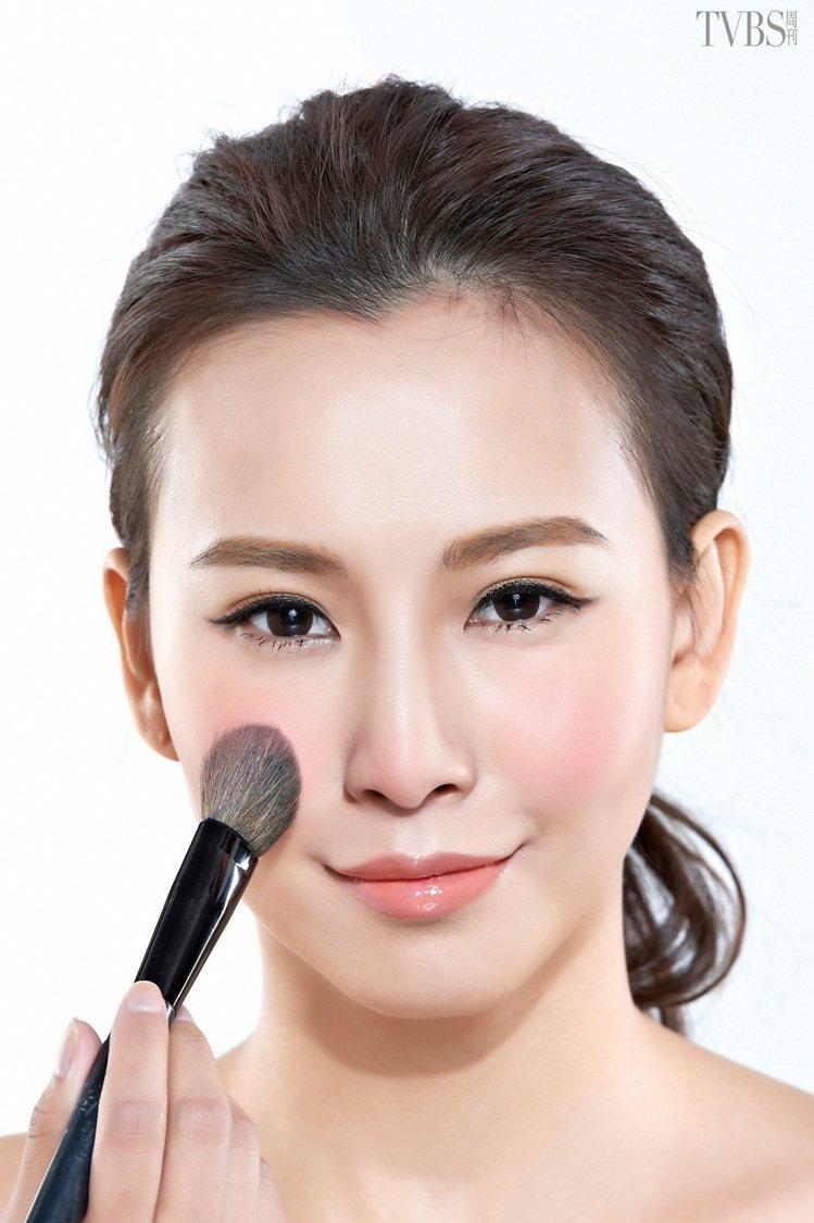 STEP 2:刷至笑肌中心,在中心點畫小圓加強,然後再往鼻翼方向暈刷,鼻翼位置的...