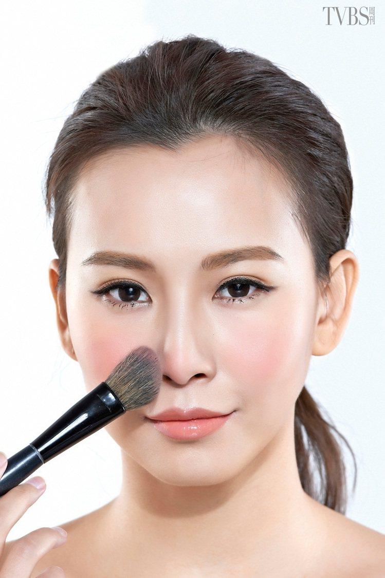 STEP 3:以最後剩餘腮紅粉的腮紅刷,將餘下的腮紅輕輕略刷於鼻尖部位,打造可愛...