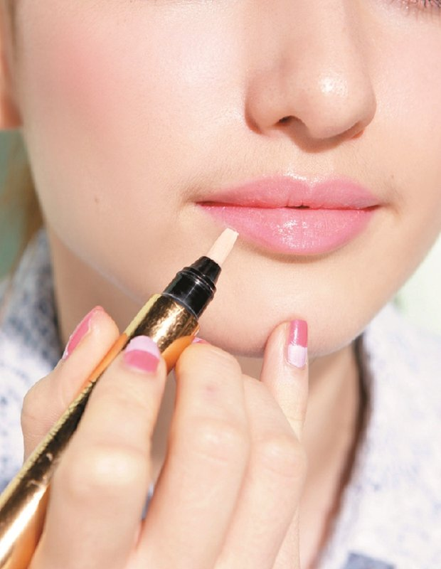STEP1:先用淡黃色的明彩或遮瑕筆描繪唇周均勻膚色,畫粉桃色不才會髒。圖/美人...