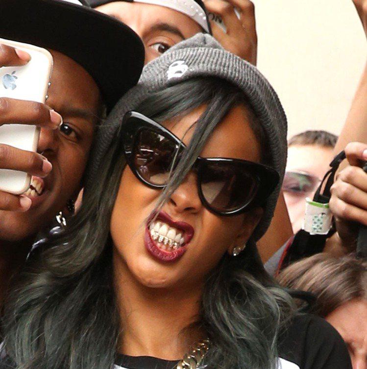 蕾哈娜戴鑽石牙套呲牙咧嘴,頗引以為傲。圖/達志影像