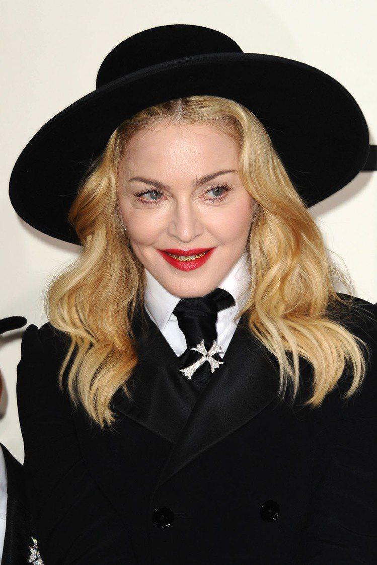 瑪丹娜戴黃金牙套出席葛萊美獎,8歲養子跟著有樣學樣。圖/達志影像