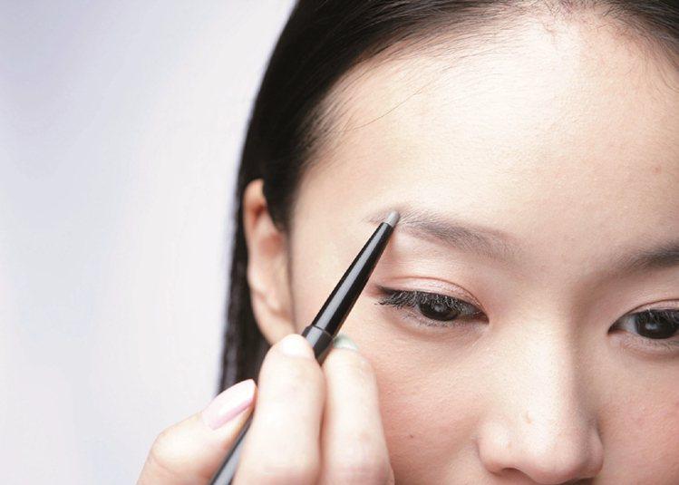 STEP2:眉峰後段向下,描繪連接眉尾。圖/大美人提供