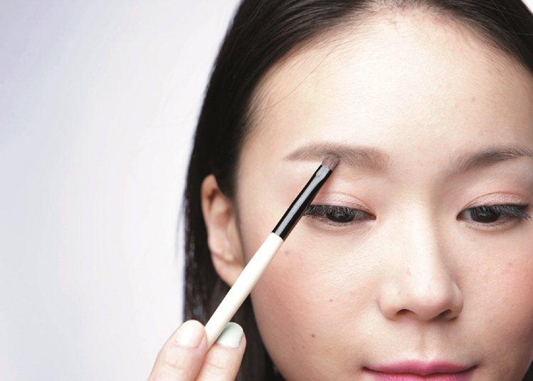 STEP3:眉粉填滿眉中~眉頭。圖/大美人提供