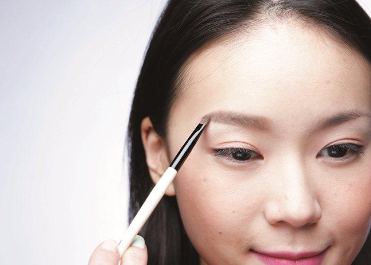 STEP4:深色眉粉,加強眉尾。圖/大美人提供