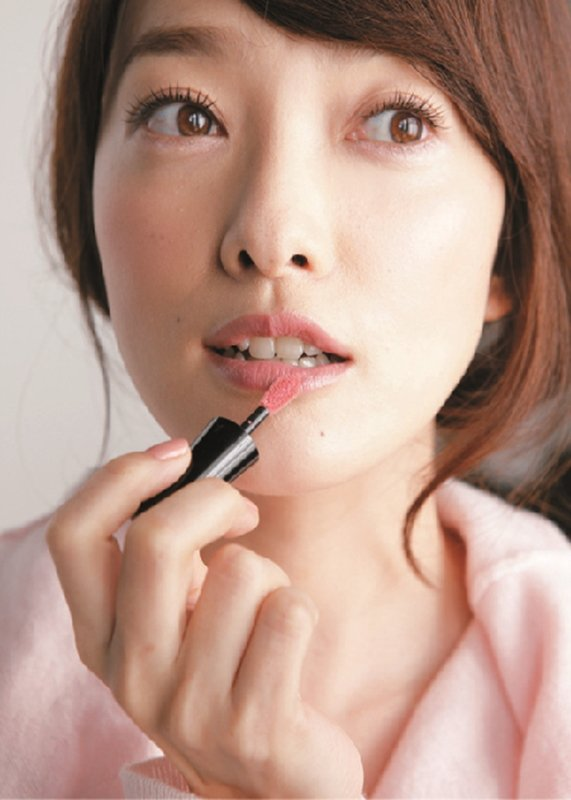 STEP2:用蜜粉刷代替腮紅刷大面積掃過兩頰,畫出似有若無的紅潤感。圖/大美人提...