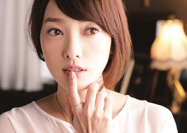 用裸粉色指甲油讓雙手看起來更明亮乾淨。圖/大美人提供