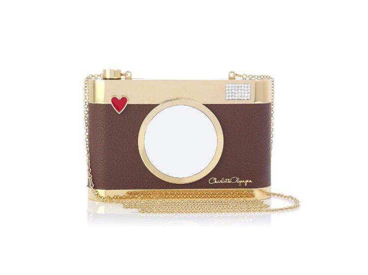 相機造型鍊帶包。圖/Charlotte Olympia提供