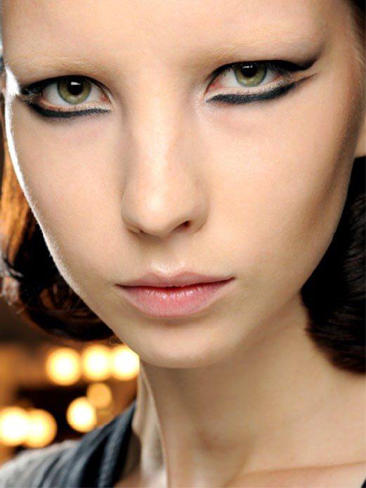 前幾年時裝秀場上很流行線條分明的眼妝,很有女魔頭風格。圖/M.A.C提供