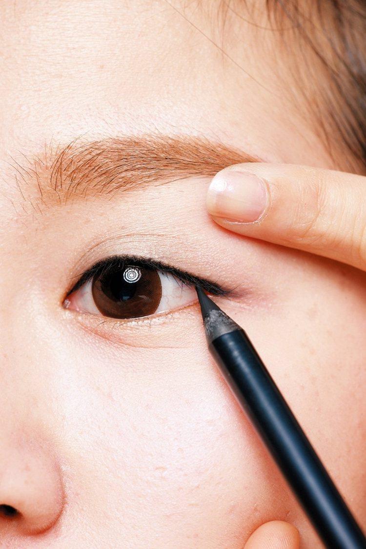 STEP1:用黑色眼線拉出垂感。黑色眼線筆畫在睫毛根部,眼皮不要拉太高,否則眼尾...