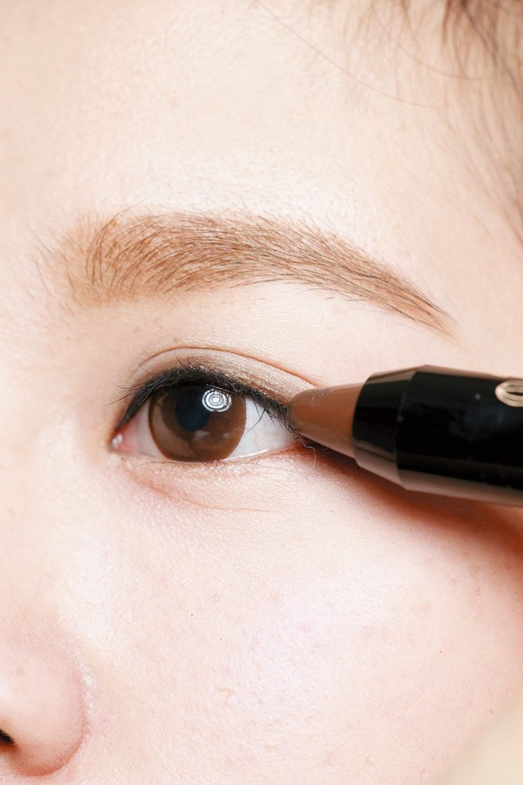 STEP2:金棕色眼影筆框出垂輪廓。金棕色眼影筆沿著黑色定位線畫,下眼尾從1/4...