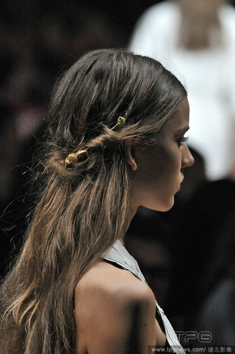VALENTINO 春夏秀上的公主頭,結合中分與編髮元素,增添濃厚的浪漫色彩。搭...