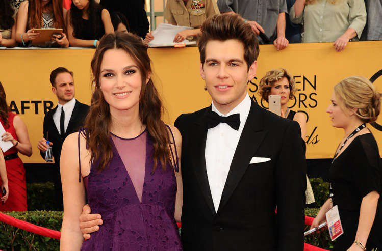 綺拉奈特莉在 SAG Awards 演員工會獎上以捲髮公主頭搭配紫色蕾絲禮服。她...
