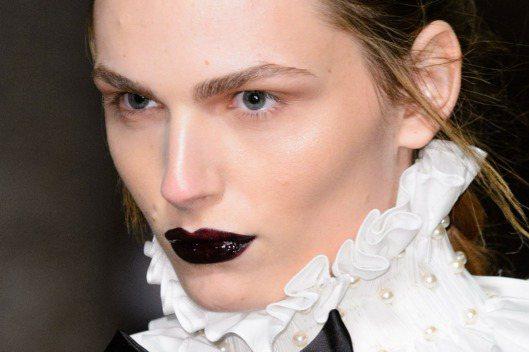 Giles Deacon秀場上的眼妝都是非常乾淨單純的,頂多描繪出較粗的眉型,讓...