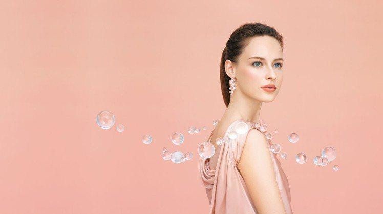 佳麗寶LUNASOL輕透絕美粉霜打造輕透緊緻的妝感視覺。圖/佳麗寶提供
