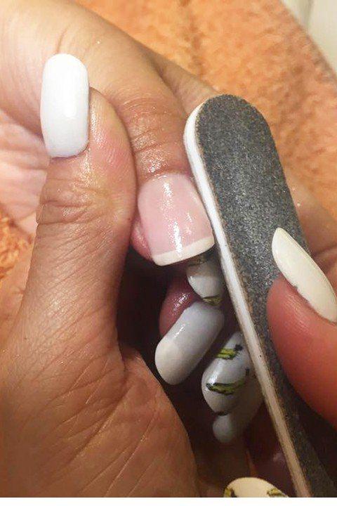 【補強凹凸不平的甲面】 很少有人天生手的形狀、指型都一模一樣生得完美,做凝膠的...
