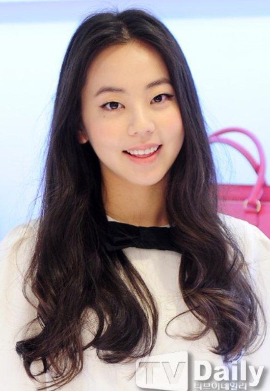 同樣是在韓國女星和國際超模的帶領下,帶有古典風情的單眼皮搭配特殊個性化妝容似乎更...