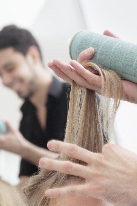 【抓準噴灑時的距離】 頭髮用的噴霧要如何使用才能避免黏成塊狀?其實重點在於噴的...