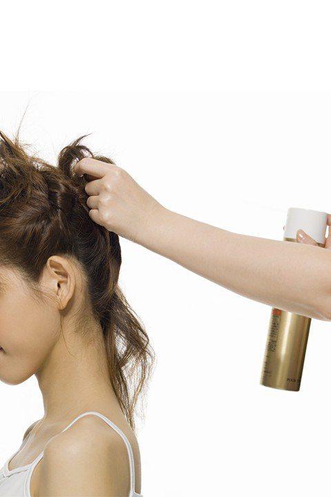 【噴頭髮內側】 把身體往前傾,頭髮往前撥,把噴霧產品噴在頭髮內側!這樣可以避免...
