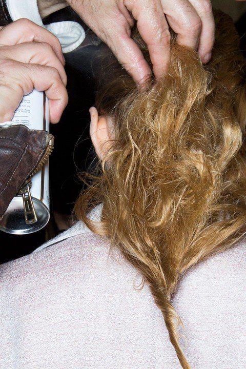 【讓頭髮不要過香的小心機】 使用髮香噴霧時直接噴在頭髮上會不小心味道太重!這時...