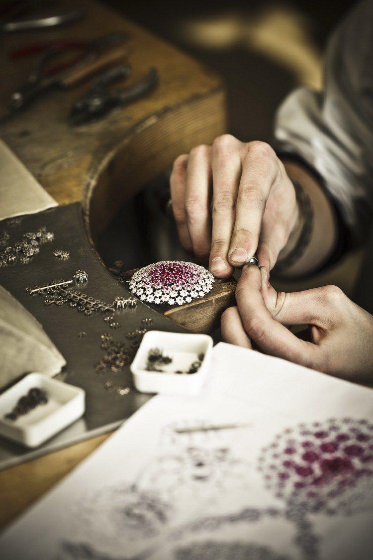 蕭邦珠寶鑲嵌工藝。圖/迪生提供