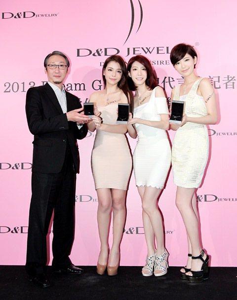 (左起)D&D Jewelry總經理王佳瑞贈送半克拉鑽石商品給Dream...