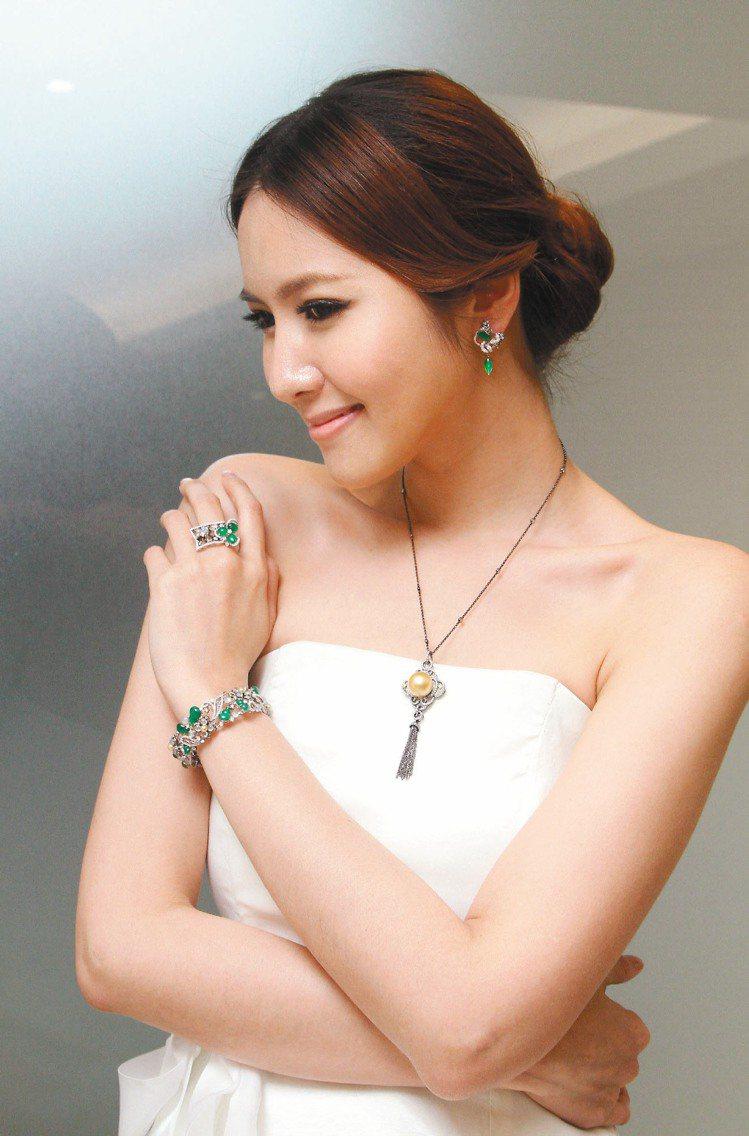 曾郁雯珠寶詩文展預覽,模特兒展出新款珠寶作品,美麗如詩畫。記者陳瑞源/攝影