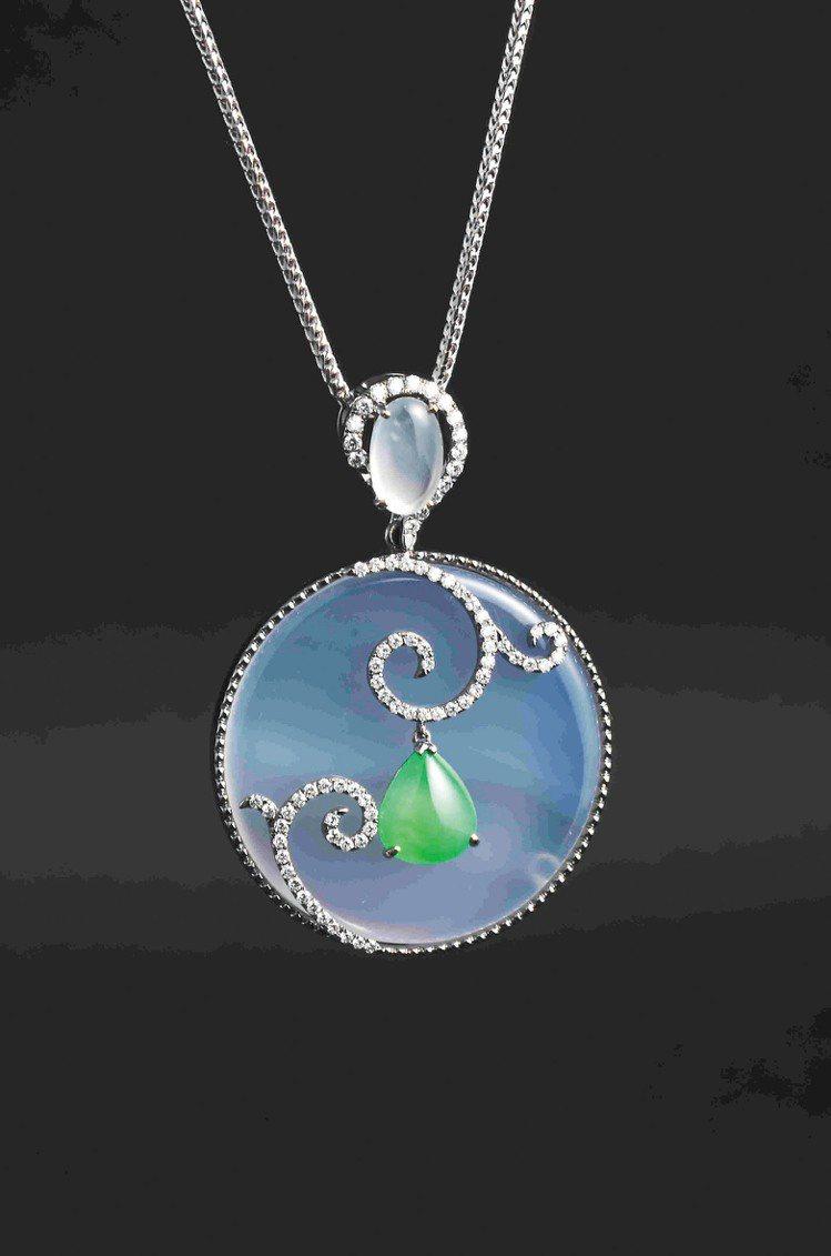 月系列主題,翡翠搭配白玉髓鑽石鍊墜。圖/曾郁雯提供