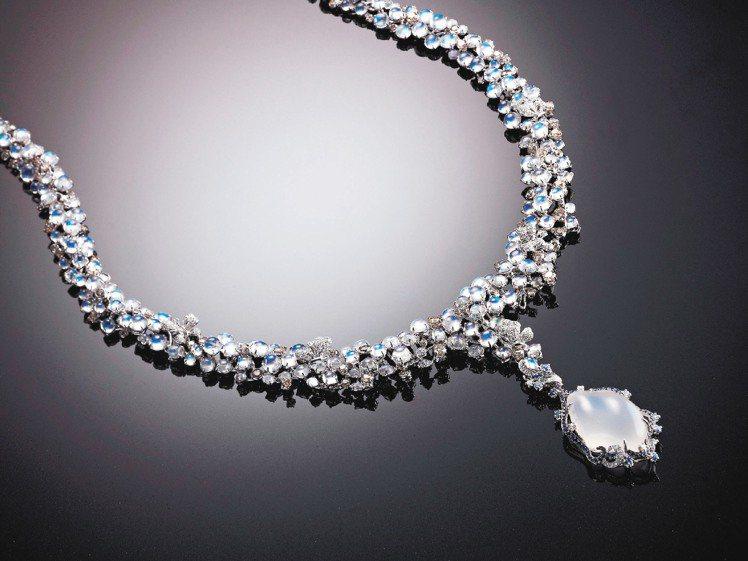 「月光戀曲」以皇家藍月光石搭配鑽石,鍊墜可拆下變化為耳環或搭配其他鍊身。圖/曾郁...