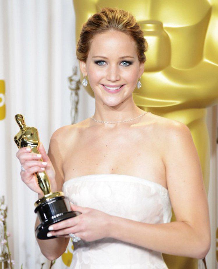 本屆奧斯卡影后Jennifer Lawrence佩戴CHOPARD珠寶:玫瑰車工...
