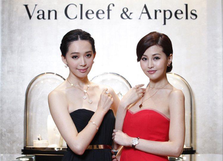 模特兒優雅演繹 Alhambra 系列珠寶。圖/梵克雅寶提供