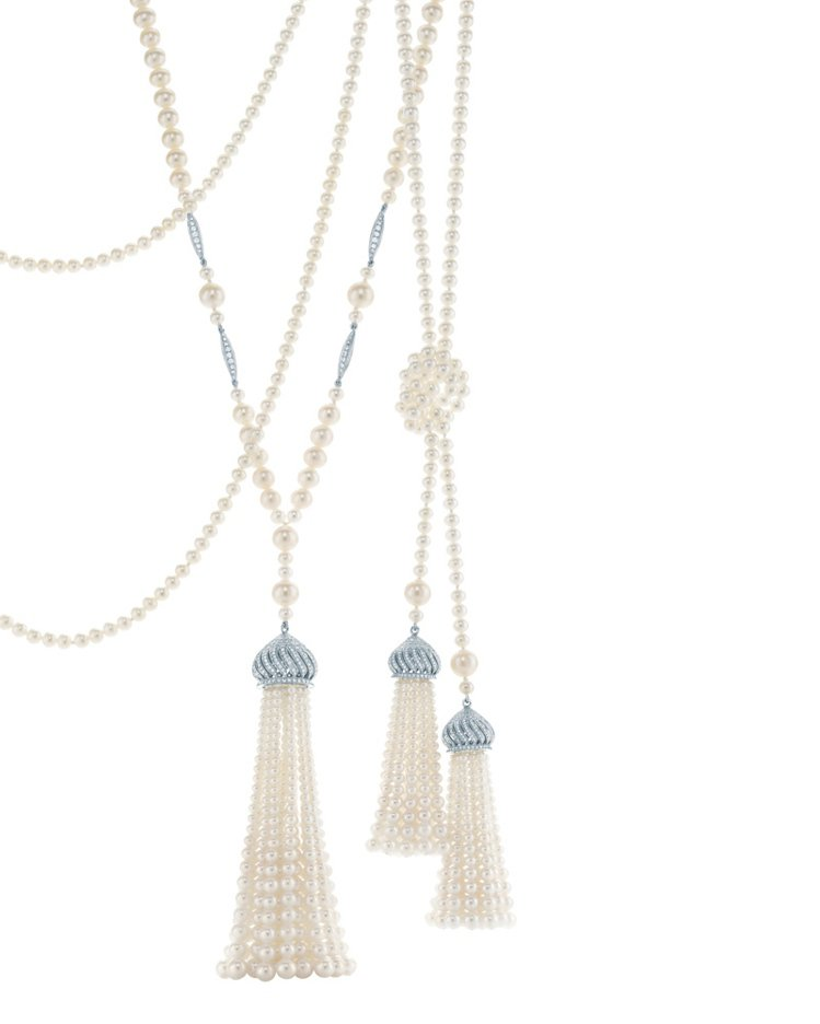 TIFFANY為《大亨小傳》所設計的珍珠流蘇鑲鑽項鍊,當時珍珠串鍊已非常盛行,大...