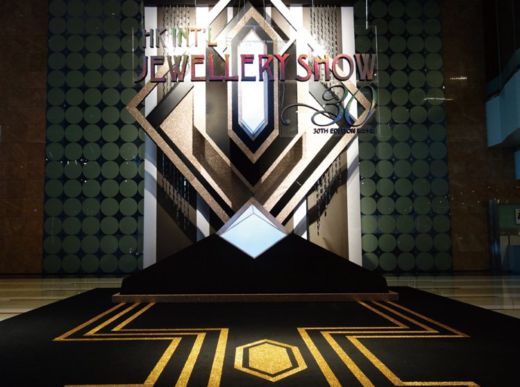 2013年3月第三十屆香港國際珠寶展中庭形象,打造Art Deco黃金年代璀璨風...