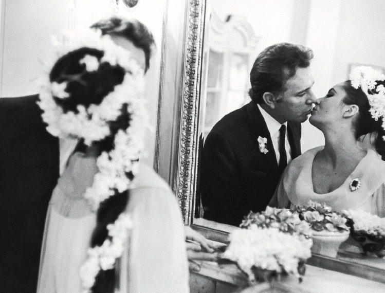 寶格麗全新婚戒形象廣告,靈感源自泰勒與波頓這對銀色愛侶,此為他們結婚時親吻照,身...
